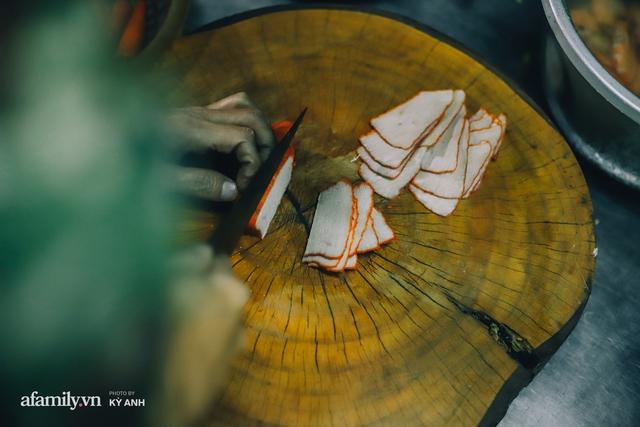 Tiệm mì 60 năm không ngủ của 3 thế hệ người Hoa ở Sài Gòn, mỗi đêm bán 600 vắt mì, 6kg hoành thánh, khách ra vào liên tục 3 người bán không xuể - Ảnh 19.