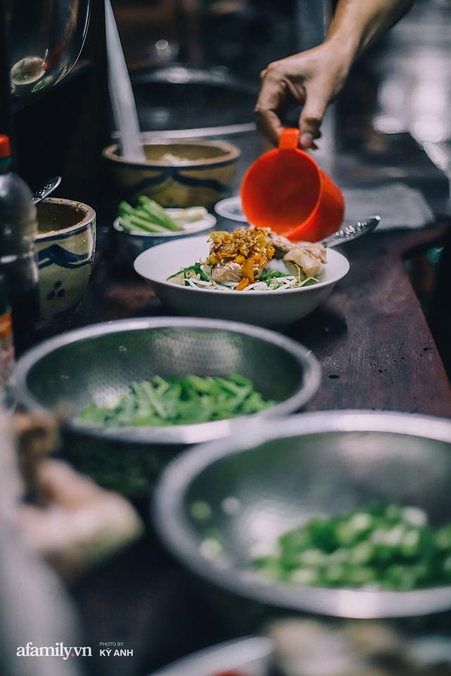 Tiệm mì 60 năm không ngủ của 3 thế hệ người Hoa ở Sài Gòn, mỗi đêm bán 600 vắt mì, 6kg hoành thánh, khách ra vào liên tục 3 người bán không xuể - Ảnh 20.