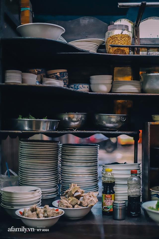 Tiệm mì 60 năm không ngủ của 3 thế hệ người Hoa ở Sài Gòn, mỗi đêm bán 600 vắt mì, 6kg hoành thánh, khách ra vào liên tục 3 người bán không xuể - Ảnh 3.