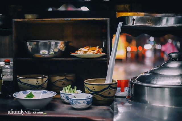 Tiệm mì 60 năm không ngủ của 3 thế hệ người Hoa ở Sài Gòn, mỗi đêm bán 600 vắt mì, 6kg hoành thánh, khách ra vào liên tục 3 người bán không xuể - Ảnh 21.