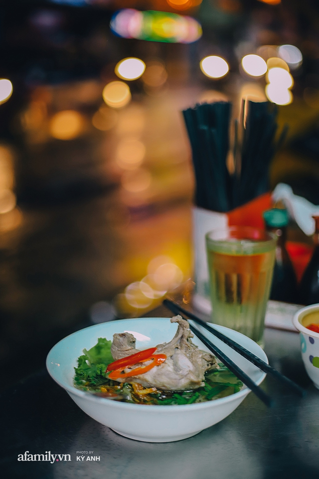 Tiệm mì 60 năm không ngủ của 3 thế hệ người Hoa ở Sài Gòn, mỗi đêm bán 600 vắt mì, 6kg hoành thánh, khách ra vào liên tục 3 người bán không xuể - Ảnh 23.