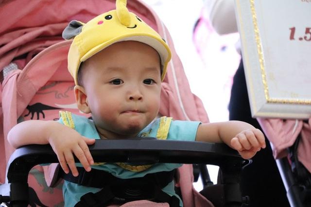 Gần 3 tháng sau ca phẫu thuật tách rời, cặp song sinh Trúc Nhi - Diệu Nhi được xuất viện, xuất hiện cực rạng rỡ và dễ thương - Ảnh 24.