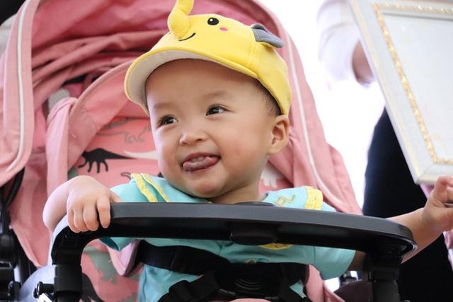 Gần 3 tháng sau ca phẫu thuật tách rời, cặp song sinh Trúc Nhi - Diệu Nhi được xuất viện, xuất hiện cực rạng rỡ và dễ thương - Ảnh 25.