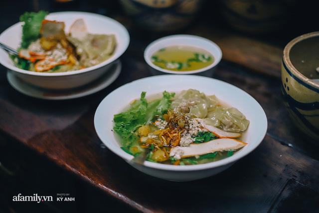 Tiệm mì 60 năm không ngủ của 3 thế hệ người Hoa ở Sài Gòn, mỗi đêm bán 600 vắt mì, 6kg hoành thánh, khách ra vào liên tục 3 người bán không xuể - Ảnh 25.