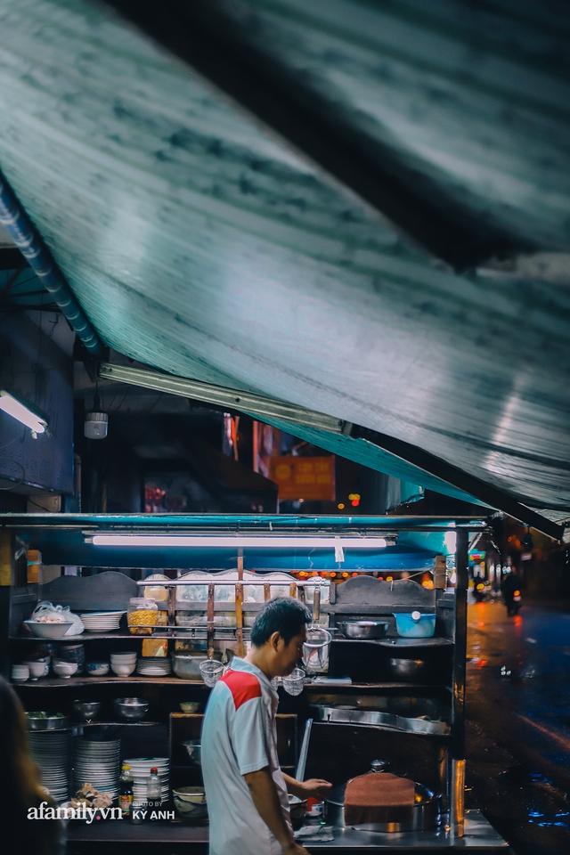 Tiệm mì 60 năm không ngủ của 3 thế hệ người Hoa ở Sài Gòn, mỗi đêm bán 600 vắt mì, 6kg hoành thánh, khách ra vào liên tục 3 người bán không xuể - Ảnh 4.
