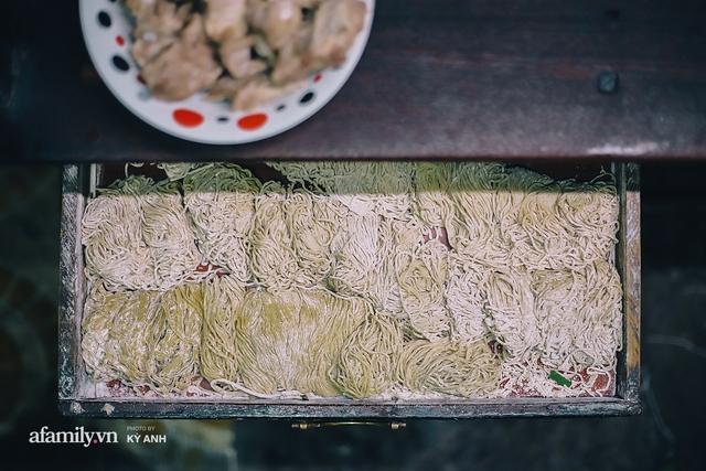 Tiệm mì 60 năm không ngủ của 3 thế hệ người Hoa ở Sài Gòn, mỗi đêm bán 600 vắt mì, 6kg hoành thánh, khách ra vào liên tục 3 người bán không xuể - Ảnh 5.