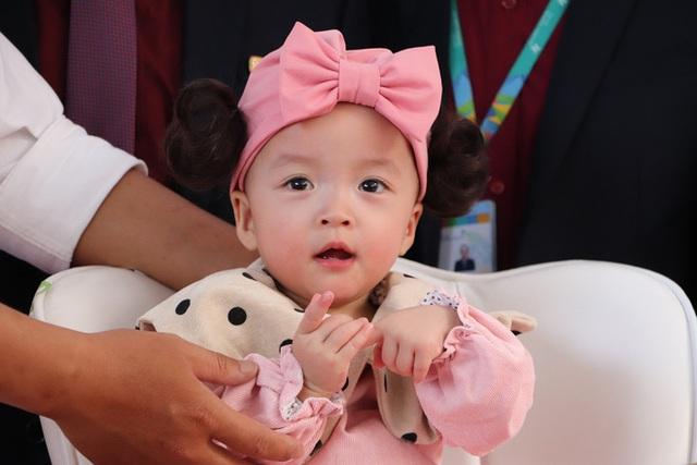 Gần 3 tháng sau ca phẫu thuật tách rời, cặp song sinh Trúc Nhi - Diệu Nhi được xuất viện, xuất hiện cực rạng rỡ và dễ thương - Ảnh 6.