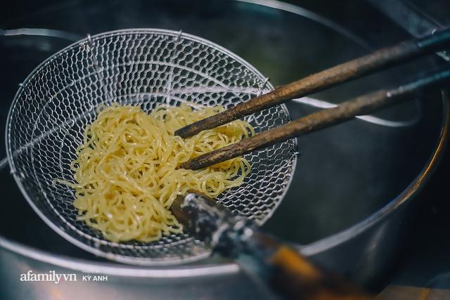 Tiệm mì 60 năm không ngủ của 3 thế hệ người Hoa ở Sài Gòn, mỗi đêm bán 600 vắt mì, 6kg hoành thánh, khách ra vào liên tục 3 người bán không xuể - Ảnh 6.