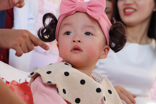 Gần 3 tháng sau ca phẫu thuật tách rời, cặp song sinh Trúc Nhi - Diệu Nhi được xuất viện, xuất hiện cực rạng rỡ và dễ thương - Ảnh 7.