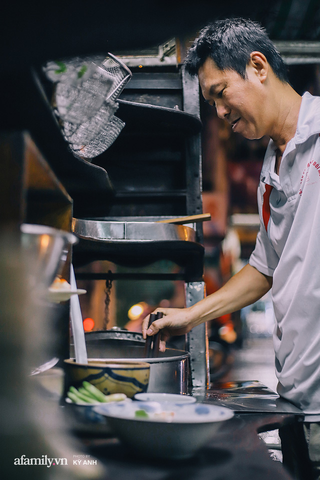 Tiệm mì 60 năm không ngủ của 3 thế hệ người Hoa ở Sài Gòn, mỗi đêm bán 600 vắt mì, 6kg hoành thánh, khách ra vào liên tục 3 người bán không xuể - Ảnh 8.