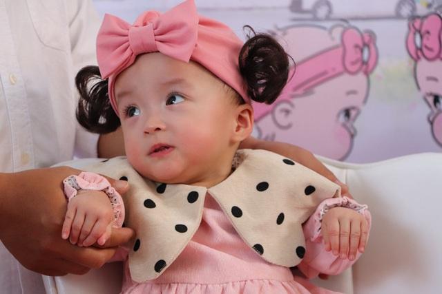 Gần 3 tháng sau ca phẫu thuật tách rời, cặp song sinh Trúc Nhi - Diệu Nhi được xuất viện, xuất hiện cực rạng rỡ và dễ thương - Ảnh 9.