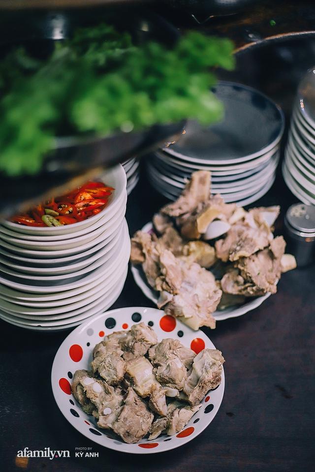 Tiệm mì 60 năm không ngủ của 3 thế hệ người Hoa ở Sài Gòn, mỗi đêm bán 600 vắt mì, 6kg hoành thánh, khách ra vào liên tục 3 người bán không xuể - Ảnh 9.