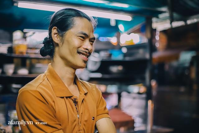Tiệm mì 60 năm không ngủ của 3 thế hệ người Hoa ở Sài Gòn, mỗi đêm bán 600 vắt mì, 6kg hoành thánh, khách ra vào liên tục 3 người bán không xuể - Ảnh 10.
