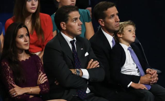 """Bằng tuổi """"Hoàng tử Nhà Trắng"""" Barron Trump, cháu trai của ông Joe Biden cũng gây chú ý nhờ vẻ ngoài anh tuấn cùng chiều cao khủng - Ảnh 4."""