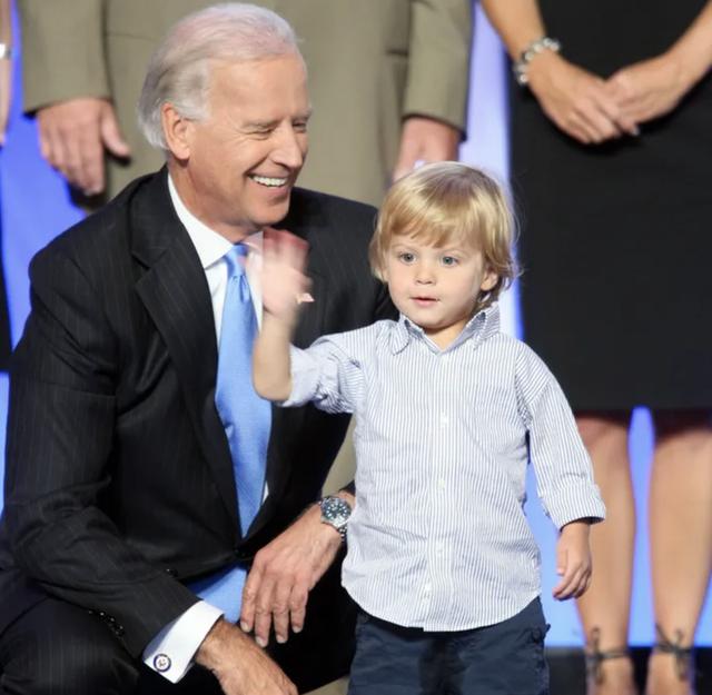 """Bằng tuổi """"Hoàng tử Nhà Trắng"""" Barron Trump, cháu trai của ông Joe Biden cũng gây chú ý nhờ vẻ ngoài anh tuấn cùng chiều cao khủng - Ảnh 5."""