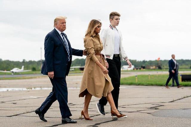 """Bằng tuổi """"Hoàng tử Nhà Trắng"""" Barron Trump, cháu trai của ông Joe Biden cũng gây chú ý nhờ vẻ ngoài anh tuấn cùng chiều cao khủng - Ảnh 6."""
