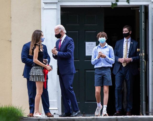 """Bằng tuổi """"Hoàng tử Nhà Trắng"""" Barron Trump, cháu trai của ông Joe Biden cũng gây chú ý nhờ vẻ ngoài anh tuấn cùng chiều cao khủng - Ảnh 7."""