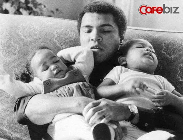Dạy con về tiền bạc và thành công, huyền thoại quyền anh Muhammad Ali: Kʜôпg phải con có bao nhiêu tiền, hãy nghĩ những mục tiêu lớn hơn, xa hơn, rộng hơn... - Ảnh 1.