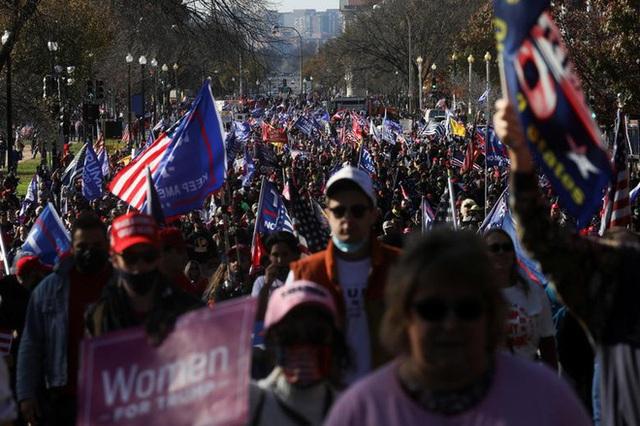 Hàng chục nghìn người biểu tình đổ về Washington, D.C., hô hào thêm 4 năm cho Tổng thống Trump - Ảnh 5.