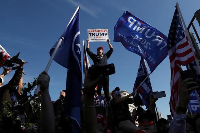 Hàng chục nghìn người biểu tình đổ về Washington, D.C., hô hào thêm 4 năm cho Tổng thống Trump - Ảnh 7.