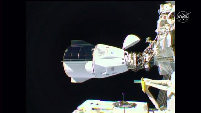 Sau chuyến hành trình dài 27 giờ, tàu Dragon của SpaceX đã ráp thành công với Trạm Vũ trụ Quốc tế ISS - Ảnh 1.