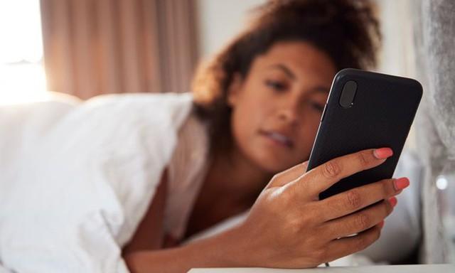 """Smartphone """"lấy đi"""" gần 9 năm cuộc đời mỗi người - Ảnh 1."""