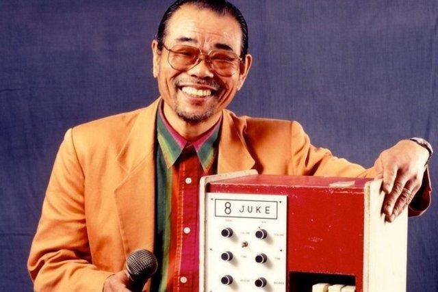 Cha đẻ của máy hát karaoke hóa ra lại là một gã đánh trống mù nhạc lý, người bỏ lỡ hàng trăm triệu USD vì quên đăng ký bản quyền - Ảnh 1.