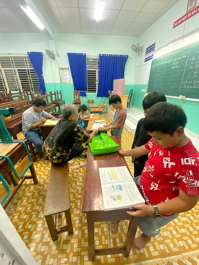 Cậu bé mặc áo đồng phục bán bắp luộc trên đường phố Sài Gòn đã được đi học 1 tuần - Ảnh 2.