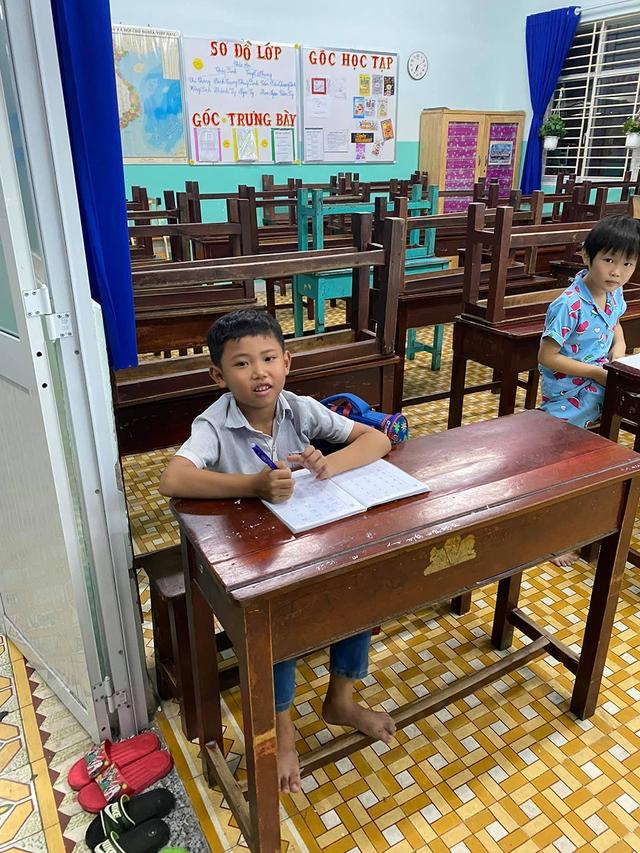 Cậu bé mặc áo đồng phục bán bắp luộc trên đường phố Sài Gòn đã được đi học 1 tuần - Ảnh 4.