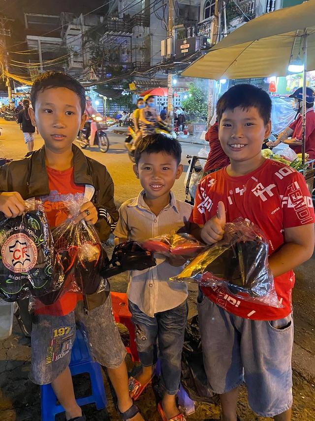 Cậu bé mặc áo đồng phục bán bắp luộc trên đường phố Sài Gòn đã được đi học 1 tuần - Ảnh 5.