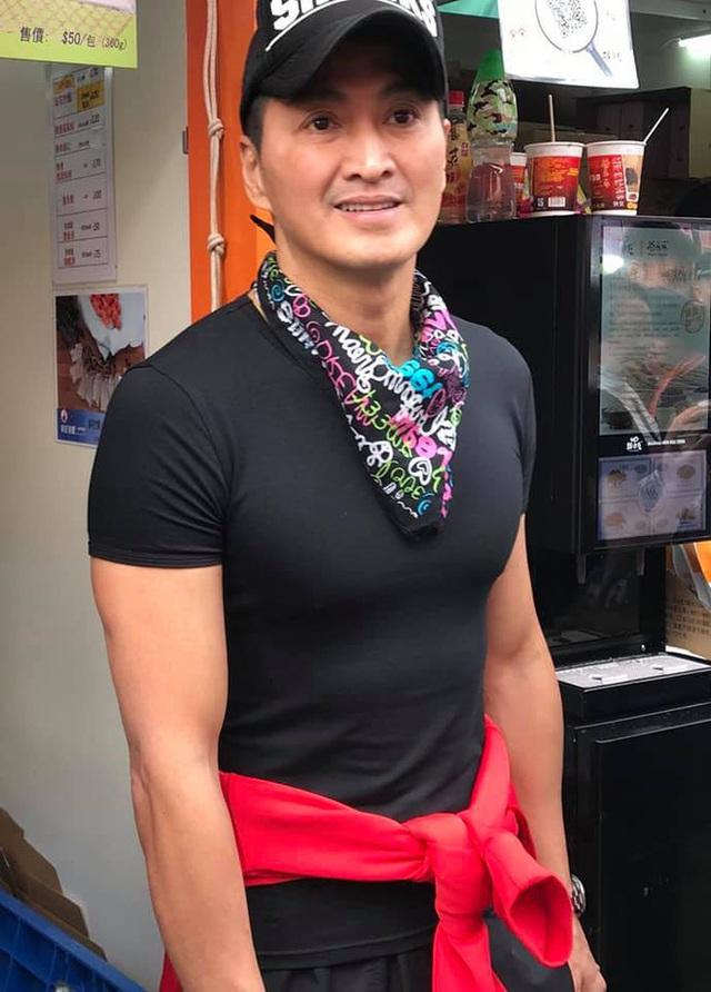 Cuộc sống triệu phú của diễn viên Triển Chiêu ở tuổi 61: Sở hữu chuỗi tiệm bánh mỳ đắt khách, đi du lịch thường xuyên, thân hình 6 múi - Ảnh 4.
