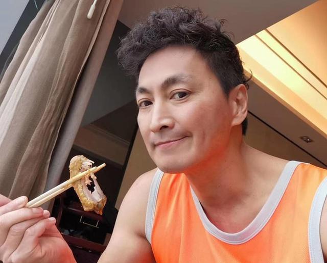 Cuộc sống triệu phú của diễn viên Triển Chiêu ở tuổi 61: Sở hữu chuỗi tiệm bánh mỳ đắt khách, đi du lịch thường xuyên, thân hình 6 múi - Ảnh 5.