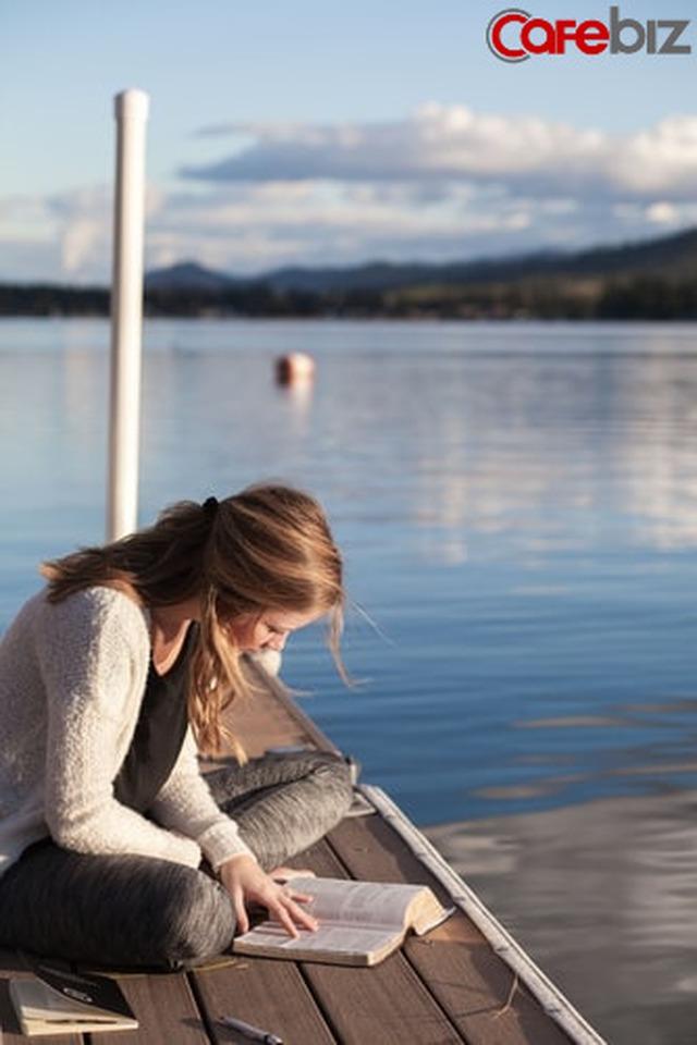 Hai cuộc đời khác biệt của người đọc sách và không đọc sách: Thấm từng chữ!  - Ảnh 1.