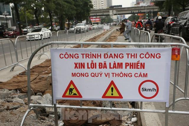 Rào chắn thi công hầm chui Lê Văn Lương tại nút giao 10 làn xe - Ảnh 4.