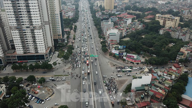 Rào chắn thi công hầm chui Lê Văn Lương tại nút giao 10 làn xe - Ảnh 9.