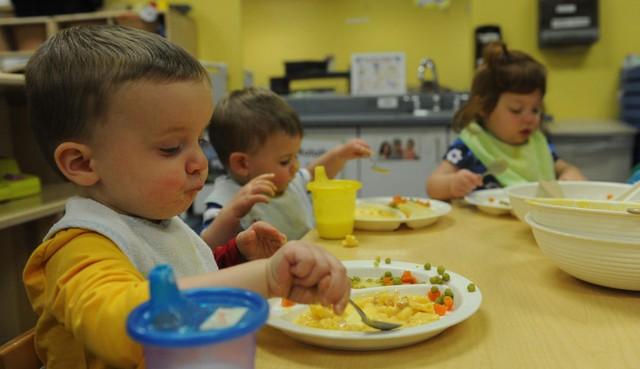 Từ phong cách giáo dục trên bàn ăn của cha mẹ Hàn Quốc và Mỹ, làm sao để nuôi dạy những đứa trẻ không-vô-ơn? - Ảnh 2.