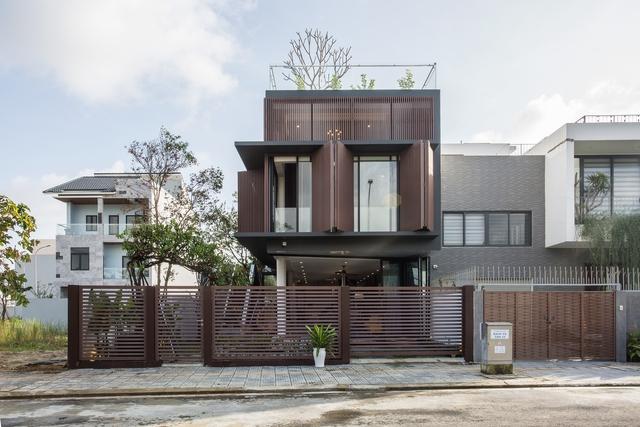 Nhà 2 tầng mở hoàn toàn với cửa kính, cả sân thượng là vườn trồng rau và khu vui chơi - Ảnh 1.