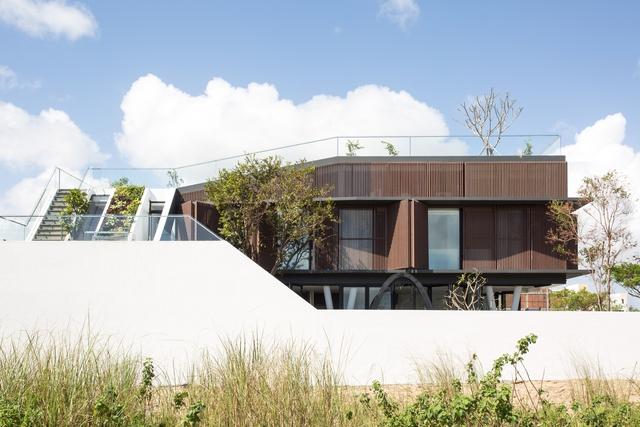 Nhà 2 tầng mở hoàn toàn với cửa kính, cả sân thượng là vườn trồng rau và khu vui chơi - Ảnh 2.