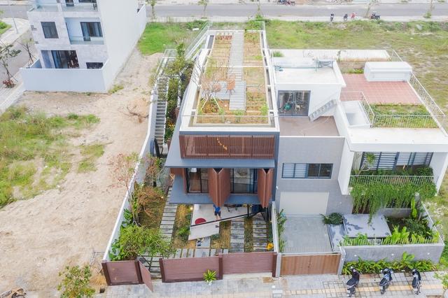 Nhà 2 tầng mở hoàn toàn với cửa kính, cả sân thượng là vườn trồng rau và khu vui chơi - Ảnh 3.