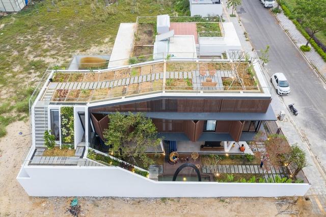 Nhà 2 tầng mở hoàn toàn với cửa kính, cả sân thượng là vườn trồng rau và khu vui chơi - Ảnh 4.