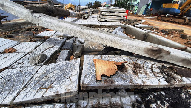 Đường đi bộ hơn 170 tỷ ven đầm ở Lăng Cô tan nát như gặp động đất - Ảnh 1.