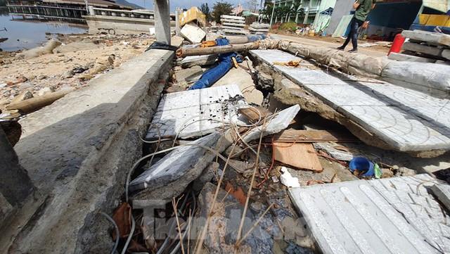 Đường đi bộ hơn 170 tỷ ven đầm ở Lăng Cô tan nát như gặp động đất - Ảnh 2.