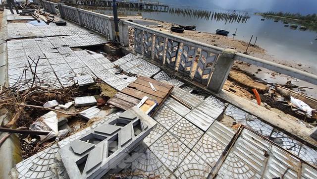 Đường đi bộ hơn 170 tỷ ven đầm ở Lăng Cô tan nát như gặp động đất - Ảnh 16.
