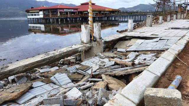 Đường đi bộ hơn 170 tỷ ven đầm ở Lăng Cô tan nát như gặp động đất - Ảnh 5.