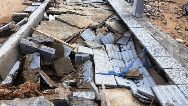 Đường đi bộ hơn 170 tỷ ven đầm ở Lăng Cô tan nát như gặp động đất - Ảnh 6.