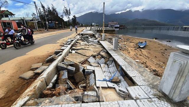 Đường đi bộ hơn 170 tỷ ven đầm ở Lăng Cô tan nát như gặp động đất - Ảnh 8.