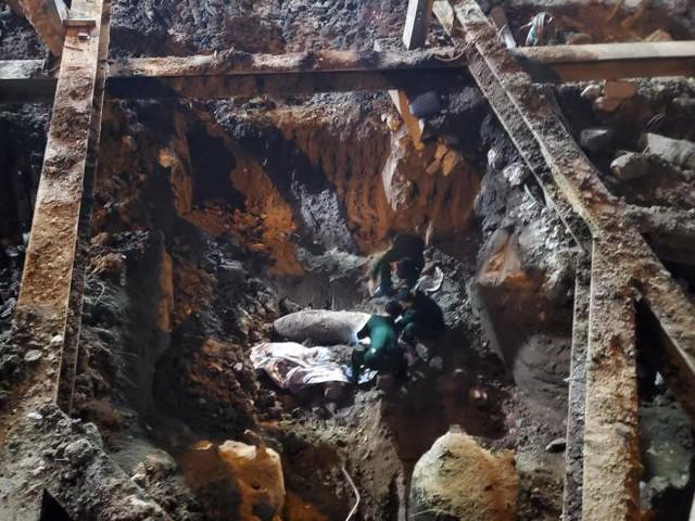 Rào chắn tứ phía cả khu phố Hà Nội vì phát hiện bom chưa nổ - Ảnh 1.