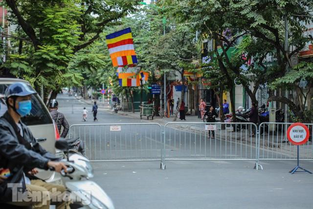 Rào chắn tứ phía cả khu phố Hà Nội vì phát hiện bom chưa nổ - Ảnh 2.