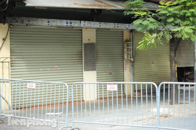 Rào chắn tứ phía cả khu phố Hà Nội vì phát hiện bom chưa nổ - Ảnh 4.