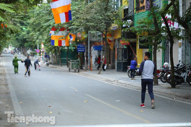 Rào chắn tứ phía cả khu phố Hà Nội vì phát hiện bom chưa nổ - Ảnh 5.